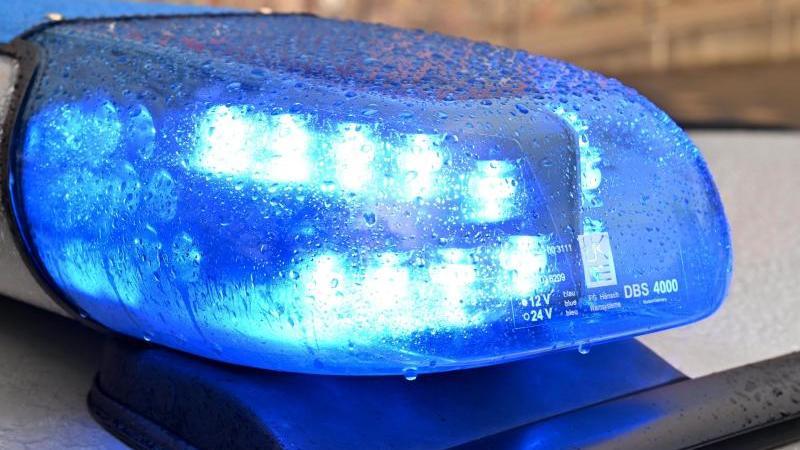 Ein Streifenwagen der Polizei mit eingeschaltetem Blaulicht. Foto: Carsten Rehder/dpa/Archiv/Illustration
