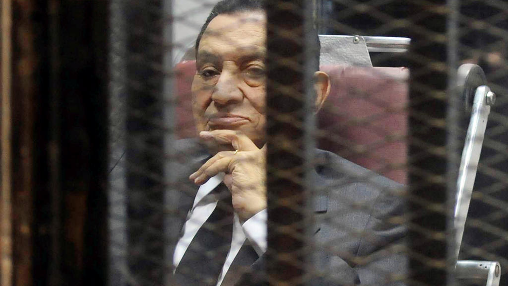 FILE PHOTO: Egypt's ousted President Hosni Mubarak looks on as he reacts inside a dock at the police academy on the outskirts of Cairo May 21, 2014.  REUTERS/Stringer/File Photo