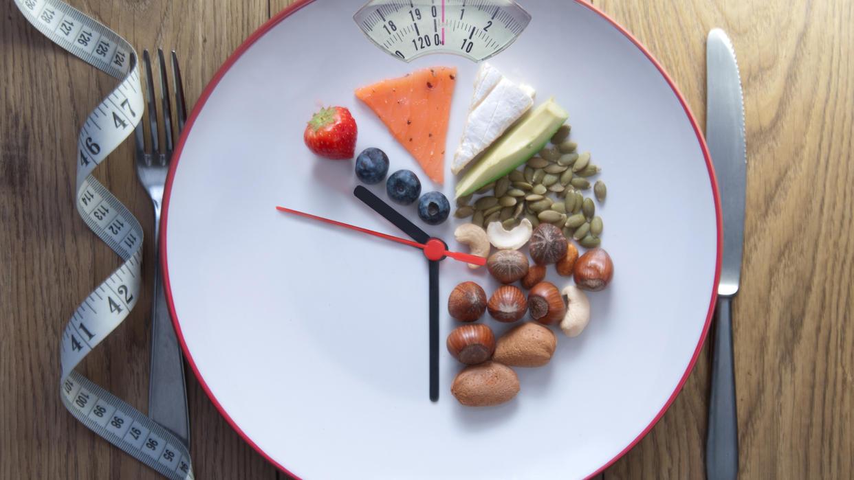 Beim Intervallfasten folgen auf 12-16 Stunden Essenspause eine achtstündige Essensphase.