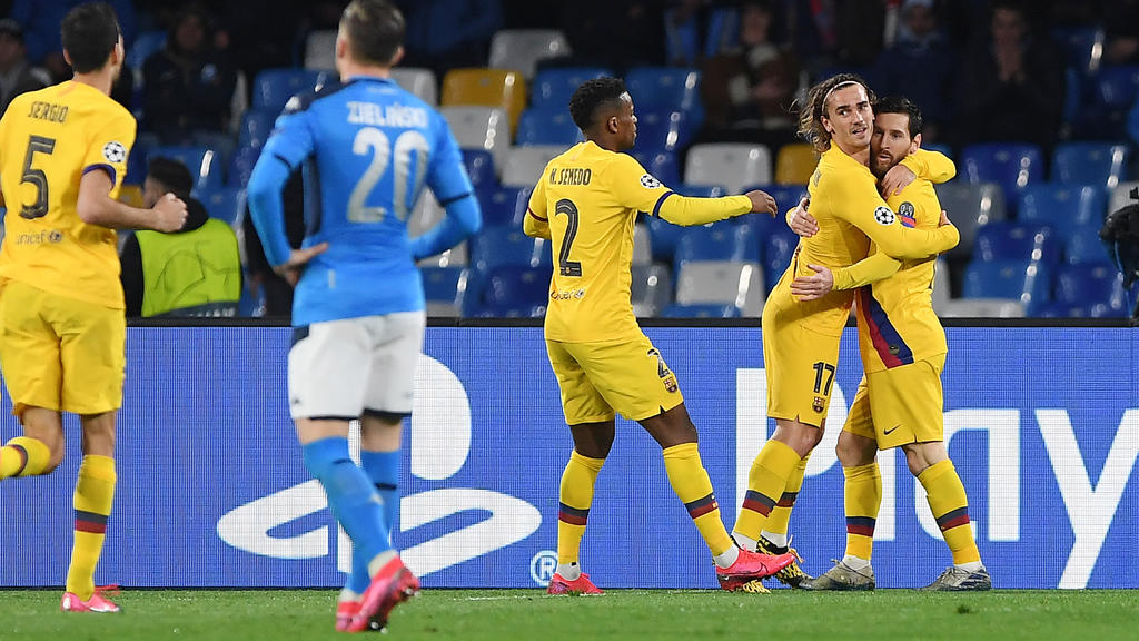 NAPLES, ITALY - FEBRUARY 25: Nelson Semedo, Antoine Griezmann and Lionel Messi of FC Barcelona celebrate the 1-1 goal scored by Antoine Griezmann, beside the disappointment of Piotr Zielinski of SSC Napoli during the UEFA Champions League round of 16