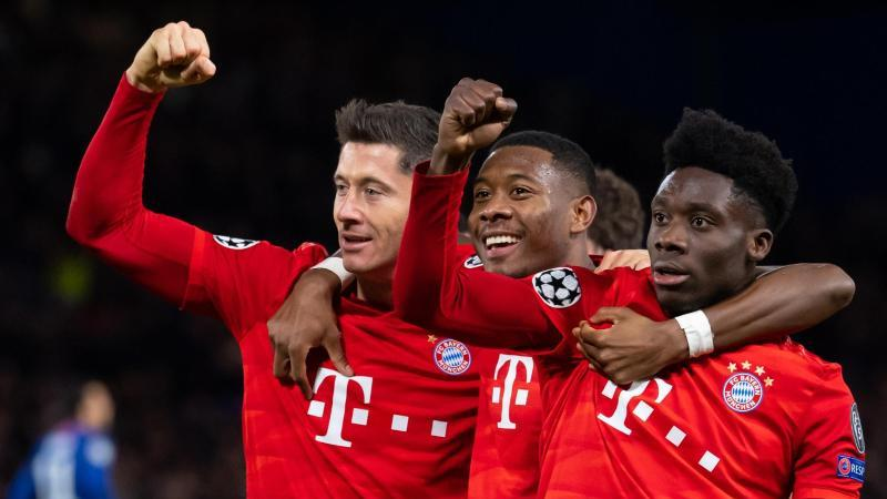 Torschütze Robert Lewandowski (l-r), David Alaba und Alphonso Davies jubeln über das 3:0 in London. Foto: Sven Hoppe/dpa