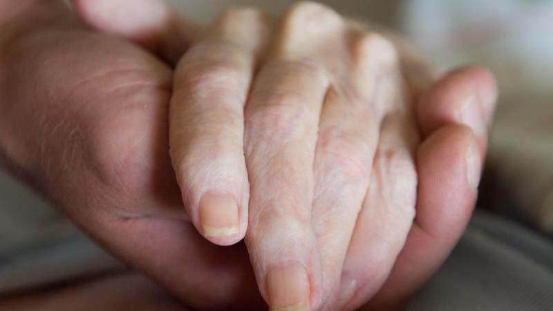 Sterbehilfe als Dienstleistung ist seit Dezember 2015 durch den neuen Paragrafen 217 im Strafgesetzbuch verboten. Foto: Sebastian Kahnert/zb/dpa