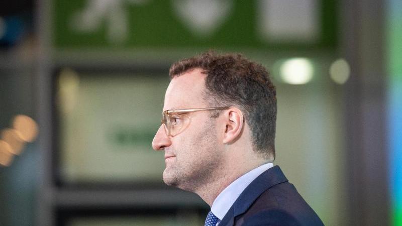 Jens Spahn (CDU), Bundesgesundheitsminister, spricht bei einer Pressekonferenz über die Situation in Zusammenhang mit dem Coronavirus . Foto: Christophe Gateau/dpa