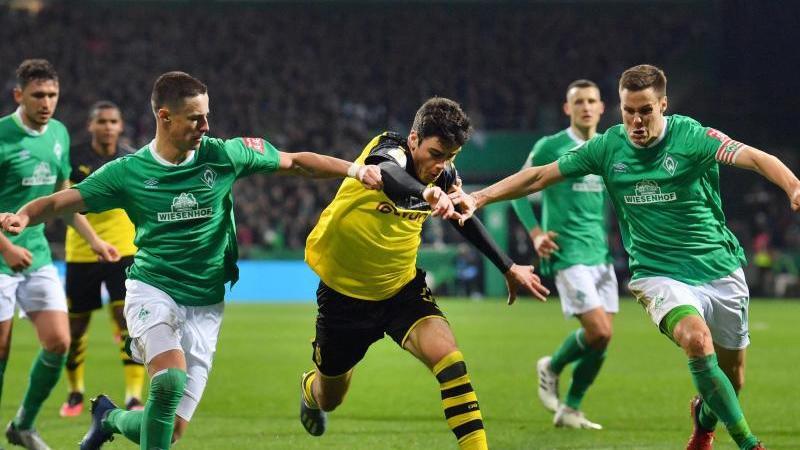 Dortmunds Giovanni Reyna (M.) gegen Werders Marco Friedl (l.) und Niklas Moisander. Foto: David Hecker/dpa/Archivbild