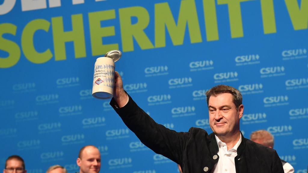 26.02.2020, Bayern, Passau: Markus Söder, CSU-Vorsitzender und Ministerpräsident aus Bayern prostet beim Politischen Aschermittwoch der CSU den Anwesenden zu. Foto: Peter Kneffel/dpa +++ dpa-Bildfunk +++