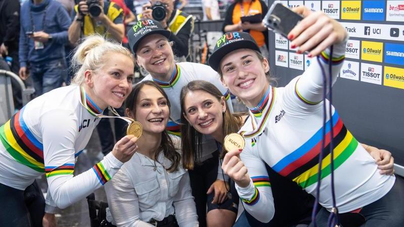 Die Gewinnerinnen der Goldmedaille im Teamsprint der Frauen: Emma Hinze (l), Lea Friedrich (hinten Mitte) und Pauline Grabosch (r). Gemeinsam mit Kristina Vogel (Mitte links) und Miriam Welte (Mitte rechts) machen sie ein Selfie. Foto: Sebastian Gollnow/d
