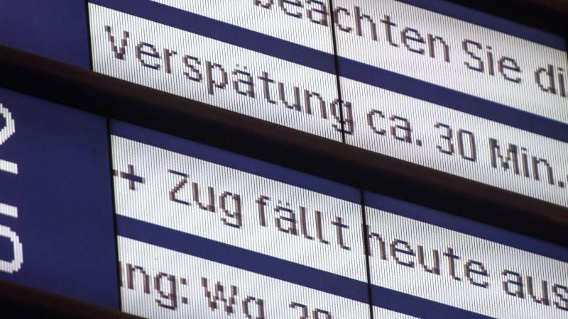 Um bei einer Verspätung Geld von der Deutschen Bahn zurückzubekommen, müssen Reisende ein Formular ausfüllen und dieses einreichen. Foto: Lino Mirgeler/dpa