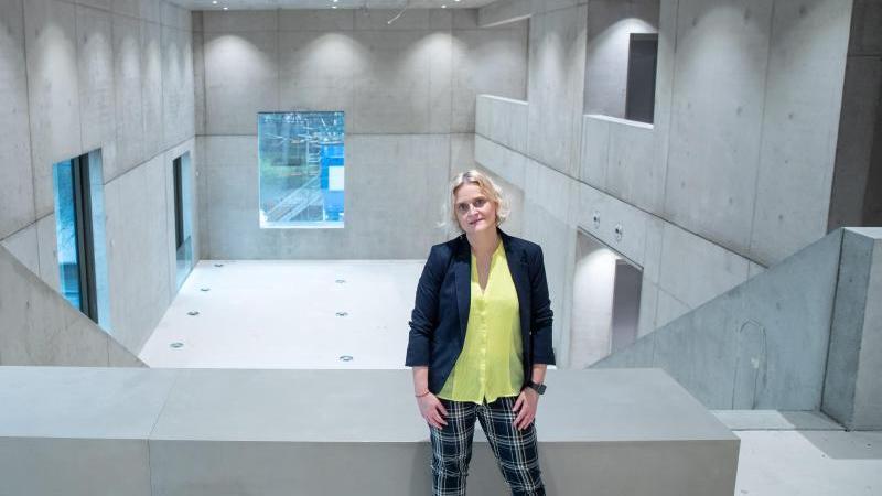 Marion Grether, künftige Leiterin des Nürnberger Zukunftsmuseums, steht auf der Museumsbaustelle. Foto: Daniel Karmann/dpa/Archivbild