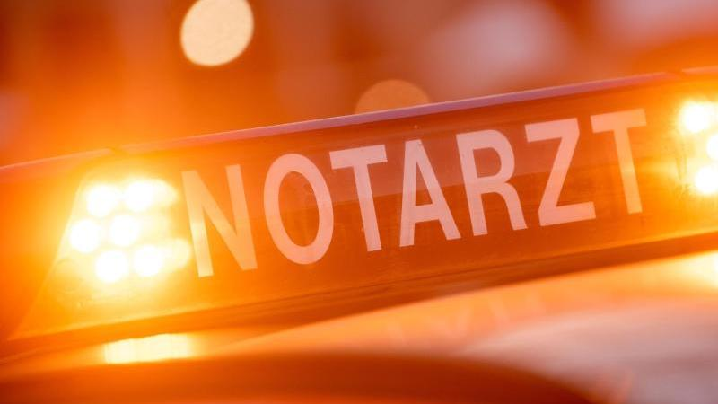 """Ein Dachschild mit der Aufschrift """"Notarzt"""" steht auf einem Einsatzwagen. Foto: Lino Mirgeler/dpa/Archivbild"""