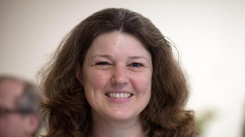 Ute Vogt, innenpolitische Sprecherin der SPD-Bundestagsfraktion, lächelt. Foto: picture alliance/dpa/Arvchivbild