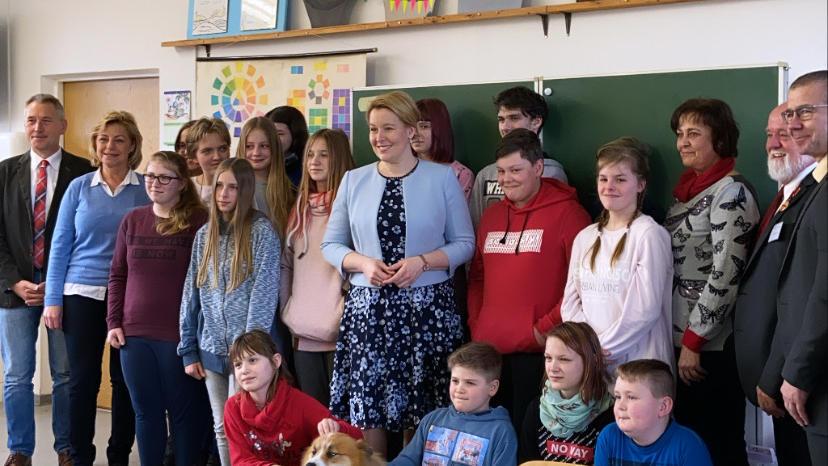 Giffey mit Schülern