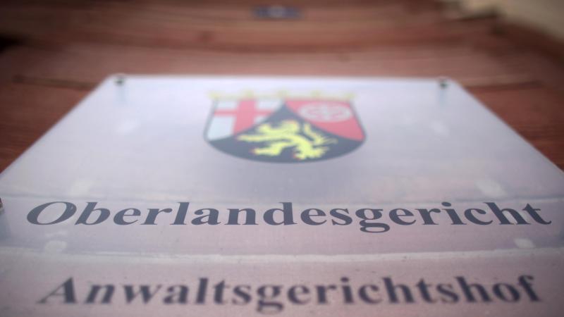 Das Türschild des Oberlandesgericht in Koblenz. Foto: Fredrik von Erichsen/dpa