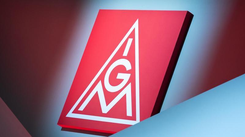 Das Logo der IG Metall hängt über der Bühne beim ordentlichen Gewerkschaftstag der IG Metall. Foto: Daniel Karmann/dpa/Archivbild