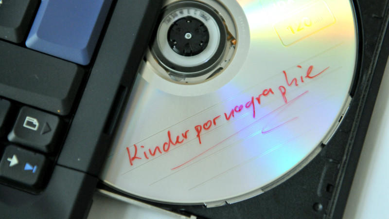"""Eine DVD mit der Aufschrift """"Kinderpornographie"""""""
