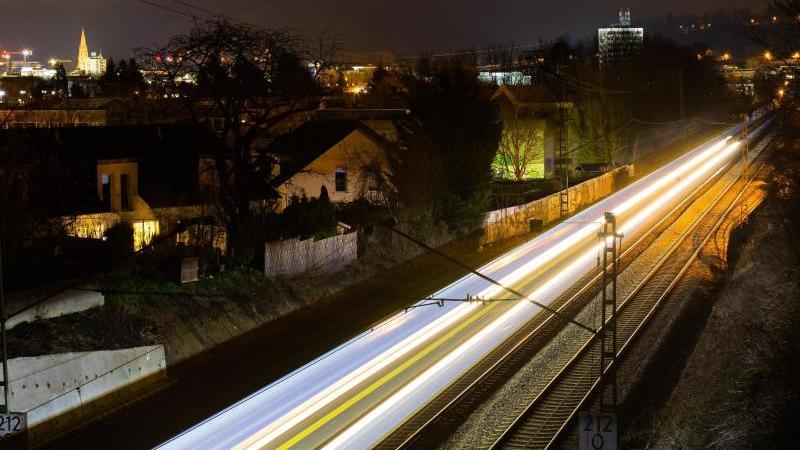 Ein Regionalzug der Deutschen Bahn fährt durch den Freiburger Stadtteil St. Georgen. Foto: Philipp von Ditfurth/dpa
