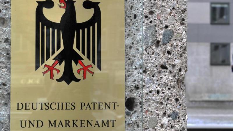 Ein Schild hängt am Eingang zum Deutschen Patent-und Markenamt. Foto: picture alliance / dpa/Archivbild