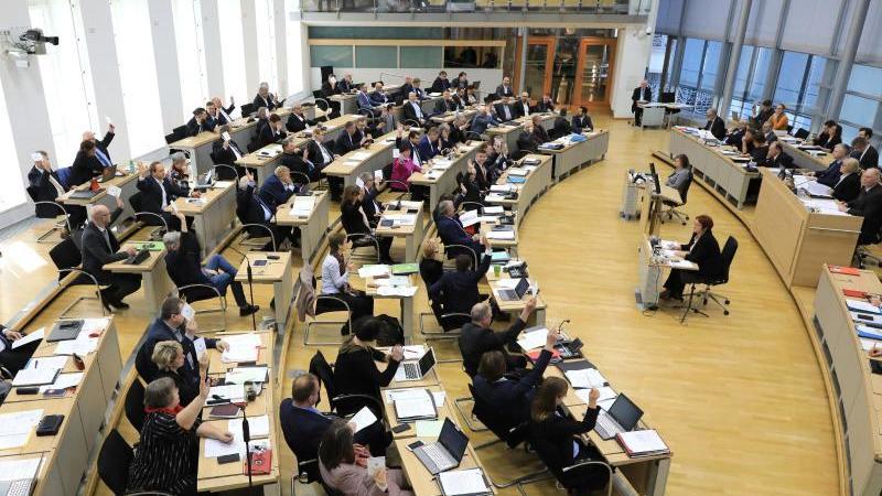 Blick in den Plenarsaal des Landtages Sachsen-Anhalt während einer Sitzung. Foto: Peter Gercke/dpa-Zentralbild/dpa