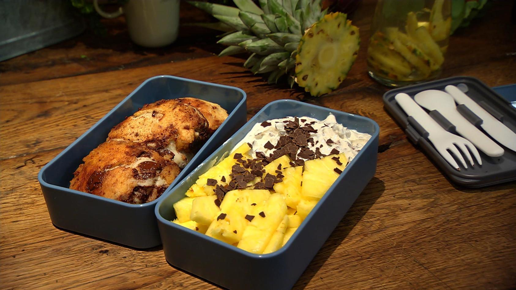 Einpacken oder hier essen – Leckeres für Zuhause oder fürs Büro: Schoko-Brötchen mit Stracciatella-Quark