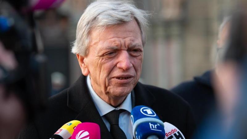 Volker Bouffier (CDU), Ministerpräsident von Hessen, gibt ein Pressestatement. Foto: Swen Pförtner/dpa/Archivbild