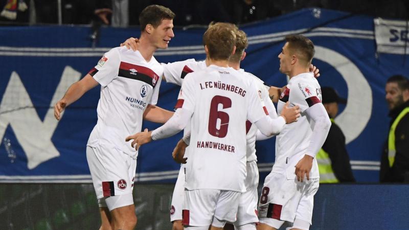 Die Nürnberger bejubeln den Treffer zum 0:1 durch Patrick Erras (l.). Foto: Uli Deck/dpa