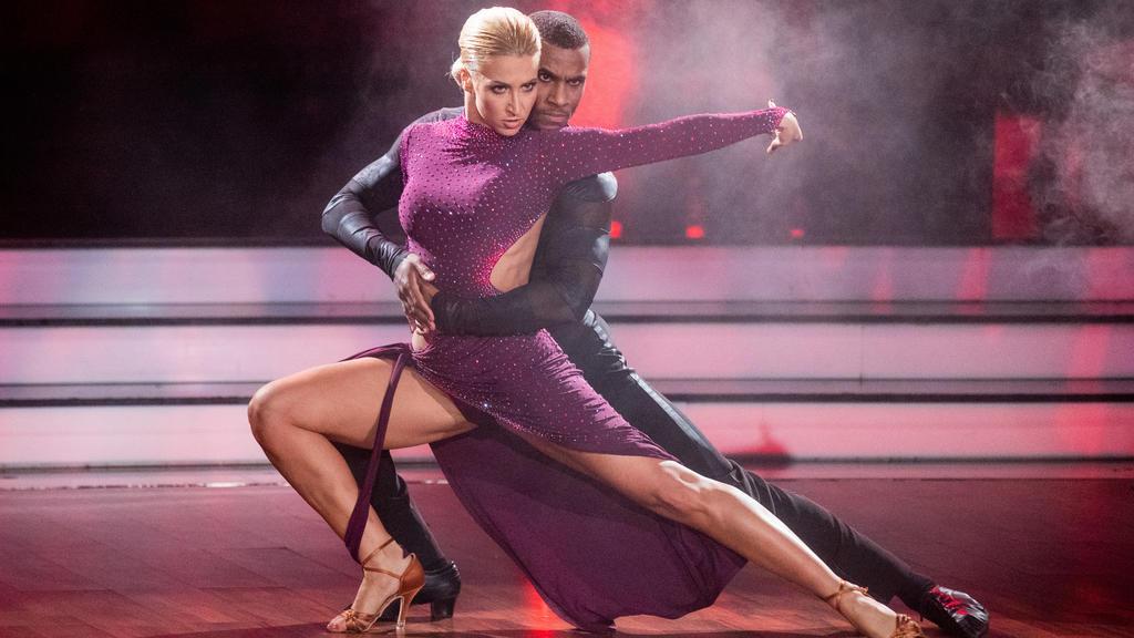 28.02.2020, Nordrhein-Westfalen, Köln: Tijan Njie, Schauspieler, und Kathrin Menzinger, Profitänzerin, tanzen in der RTL-Tanzshow «Let's Dance» im Coloneum. Foto: Rolf Vennenbernd/dpa +++ dpa-Bildfunk +++