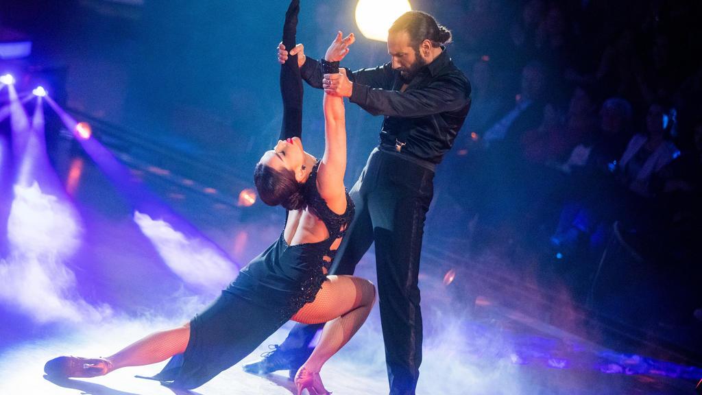"""28.02.2020, Nordrhein-Westfalen, Köln: Lili Paul-Roncalli, Artistin, und Massimo Sinato, Profitänzer, tanzen in der RTL-Tanzshow """"Let's Dance"""" im Coloneum. Foto: Rolf Vennenbernd/dpa +++ dpa-Bildfunk +++"""