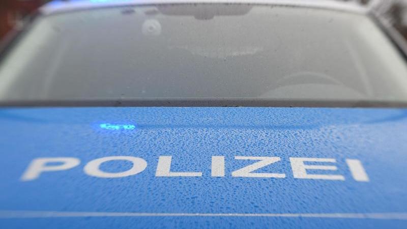 Ein Streifenwagen der Polizei hat das Blaulicht eingschaltet. Foto: Carsten Rehder/dpa/Archivbild