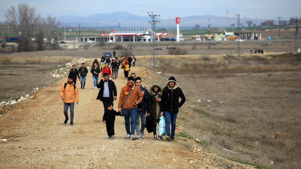 28.02.2020, Türkei, Edirne: Flüchtlinge in der Provinz Edirne, gehen Richtung der türkischen Grenze zu Griechenland. Griechenland hat den Grenzübergang zur Türkei bei Kastanies/Pazarkule geschlossen. Zuvor hatten sich nach Gerüchten über eine Öffnung