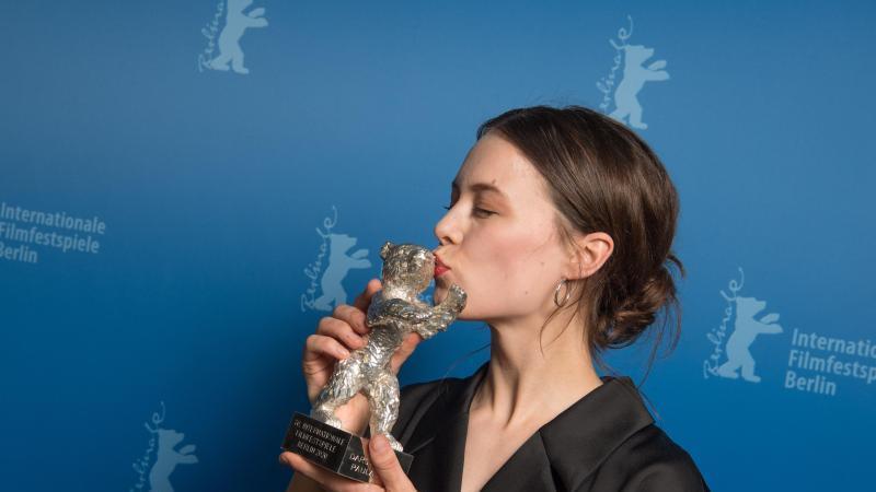 Ein Kuss für den Silbernen Bären:Paula Beer. Foto: Jörg Carstensen/Pool/dpa