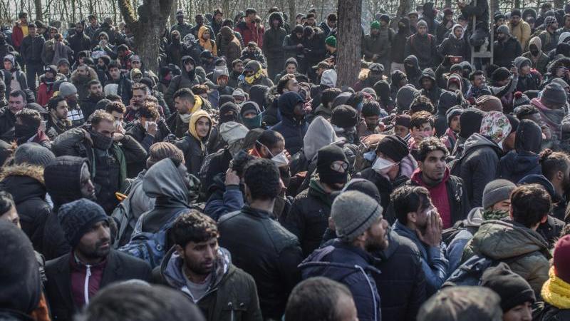 Am türkisch-griechischen Grenzübergang in Pazarkule sind tausende weitere Flüchtlinge mit dem Ziel EU eingetroffen. Foto: Ahmed Deeb/dpa