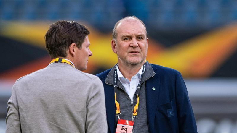 Jörg Schmadtke (r), Wolfsburgs Geschäftsführer Sport, steht mit Oliver Glasner auf dem Spielfeld. Foto: Guido Kirchner/dpa