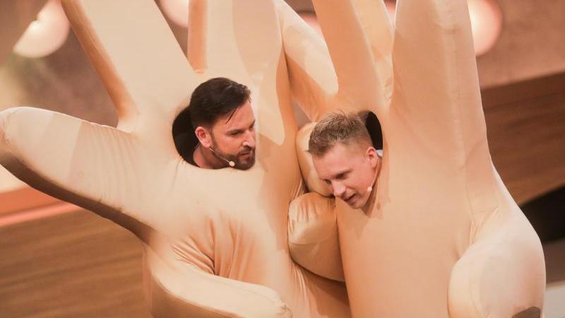 """Oliver Pocher (r) und Michael Wendler in der Live-Show """"Pocher vs. Wendler - Schluss mit lustig!"""" bei RTL. Foto: Rolf Vennenbernd/dpa"""