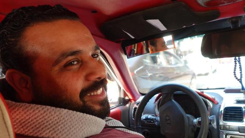 Taxifahrer Mahmoud Saad erklärt die Hup-Codes in Kairo. Foto: Johannes Schmitt-Tegge/dpa