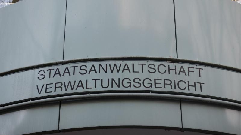 """""""Verwaltungsgericht"""" steht über dem Eingang zum Verwaltungsgericht Berlin. Foto: Paul Zinken/dpa/ZB/Archiv"""