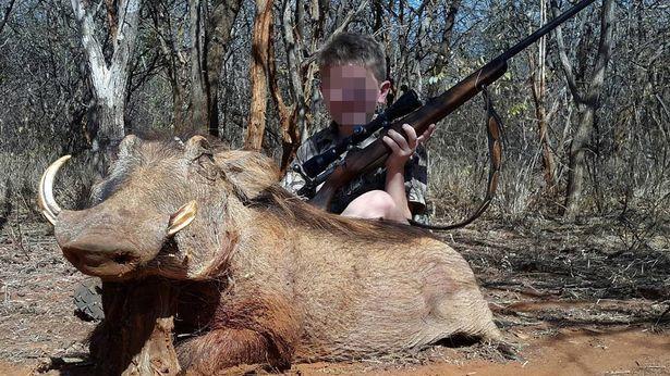 Kinder posieren nach der Jagd neben den abgeschossenen Wildtieren.