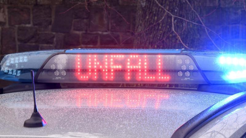"""Die Leuchtschrift """"Unfall"""" ist auf dem Dach eines Polizeiautos zu sehen. Foto: Carsten Rehder/dpa/Archivbild"""