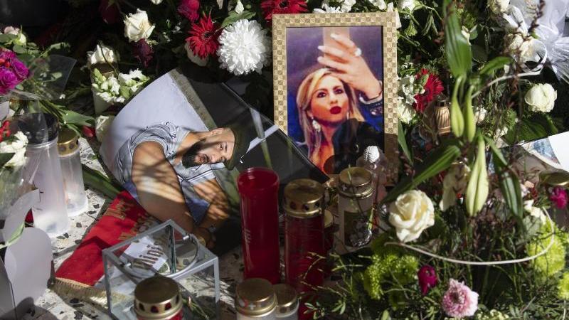 Blumen und Fotos der Opfer erinnern vor dem Kiosk in Hanau-Kesselstadt an die Opfer des Anschlags vom 19. Februar. Foto: Boris Roessler/dpa/Archivbild