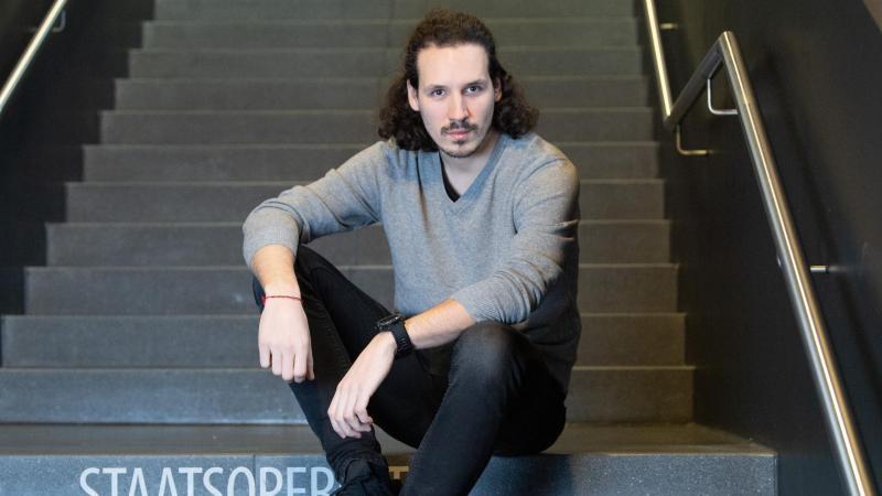 Der österreichische Regisseur Valentin Schwarz im Foyer der Staatsoperette Dresden. Foto: Sebastian Kahnert/dpa-Zentralbild/dpa
