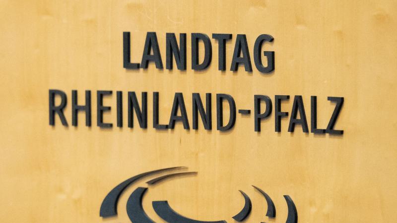 """Der Schriftzug """"Landtag Rheinland-Pfalz"""". Foto: Silas Stein/dpa/Archivbild"""