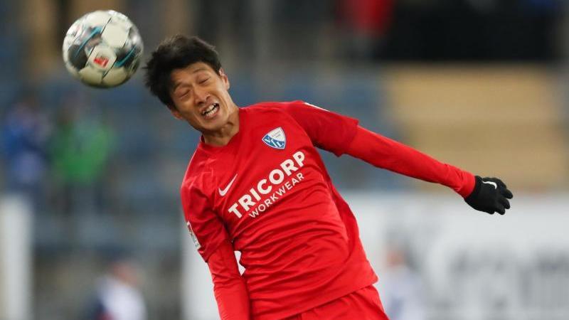 Bochums Chung-Yong Lee köpft den Ball. Foto: Friso Gentsch/dpa/Archivbild