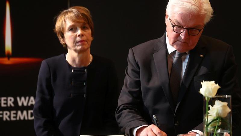 Frank-Walter Steinmeier und seine Frau Elke Büdenbender kondolieren den Opfern des Anschlags. Foto: Kai Pfaffenbach/Reuters-Pool/dpa