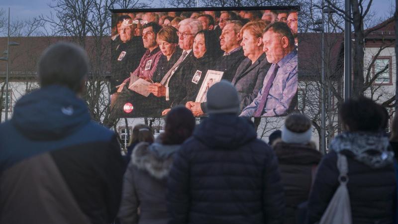 Trauernde auf dem Freiheitsplatz bei der Trauerfeier für die Oper des Hanauer Anschlags. Foto: Frank Rumpenhorst/dpa