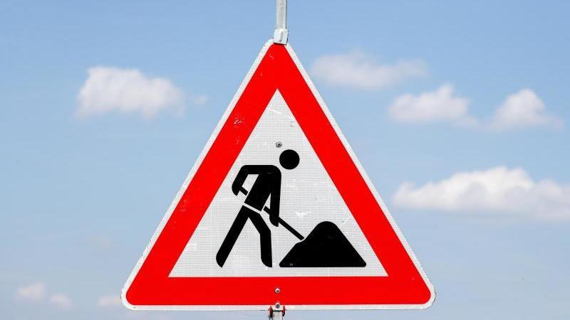 Ein Schild weist auf eine Baustelle hin. Foto: Jan Woitas/zb/dpa