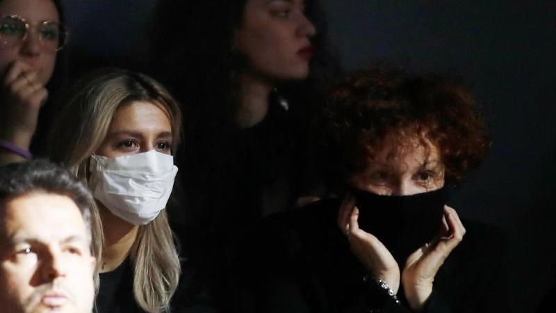 Schutz vor Ansteckung: Während der Mailänder Modewoche tragen zwei Besucherinnen Mundschutz (Archiv). Foto: Antonio Calanni/AP/dpa