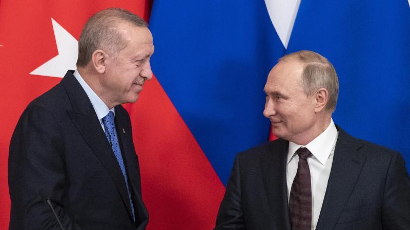 Handschlag in Moskau: der türkische Präsident Recep Tayyip Erdogan und sein russischer Amtskollege Wladimir Putin (r). Foto: Pavel Golovkin/AP POOL/dpa