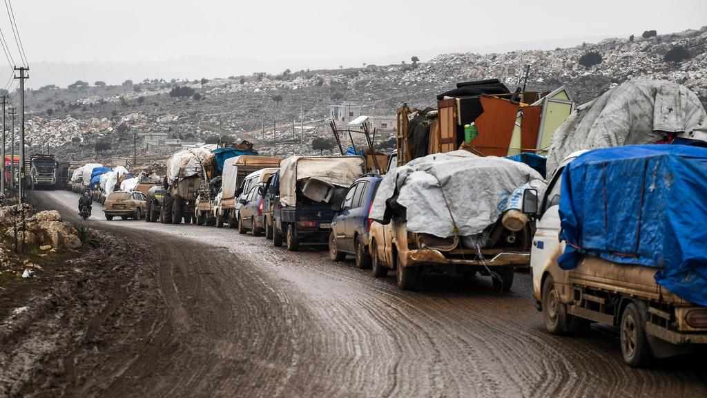13.02.2020, Syrien, Idlib: Zivilisten fliehen mit ihren Habseligkeiten aus Idlib. Die Offensive syrischer Regierungstruppen auf die letzte große Rebellenhochburg um die Stadt Idlib treibt immer mehr verzweifelte Menschen in die Flucht.