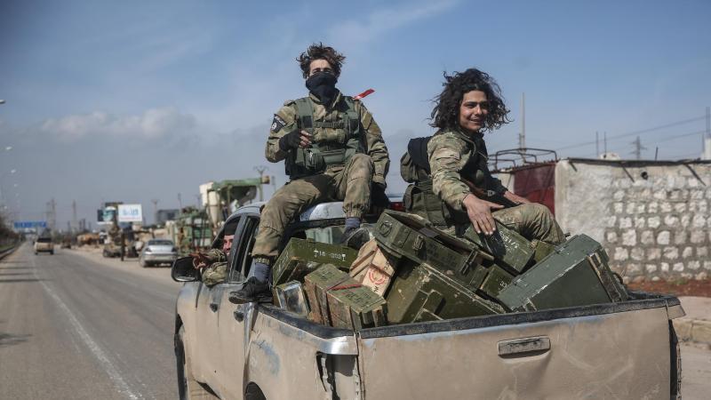 Kämpfer der Nationalen Befreiungsfront patrouillieren auf einer Straße. Foto: Anas Alkharboutli/dpa