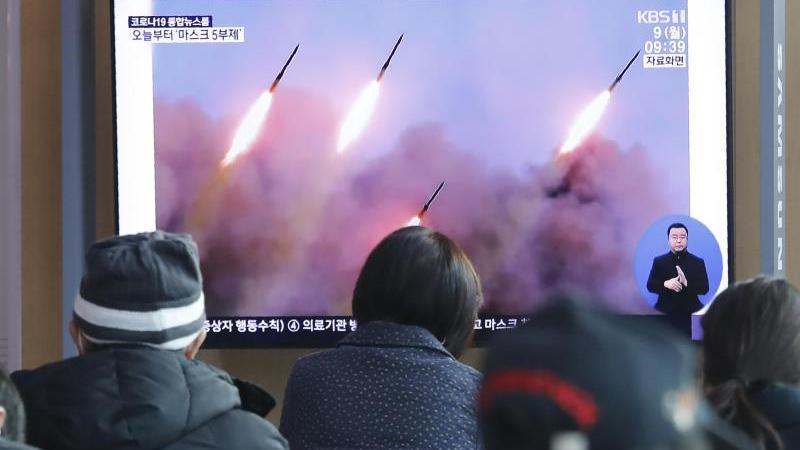 Menschen verfolgen in einem Bahnhof in Seoul eine Nachrichtensendung, die über einen Raketentest von Nordkorea berichtet. Foto: Ahn Young-Joon/AP/dpa