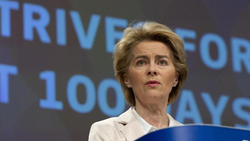Ursula von der Leyen, Präsidentin der Europäischen Kommission, spricht während einer Medienkonferenz zu ihren ersten 100 Tagen im Amt. Foto: Virginia Mayo/AP/dpa