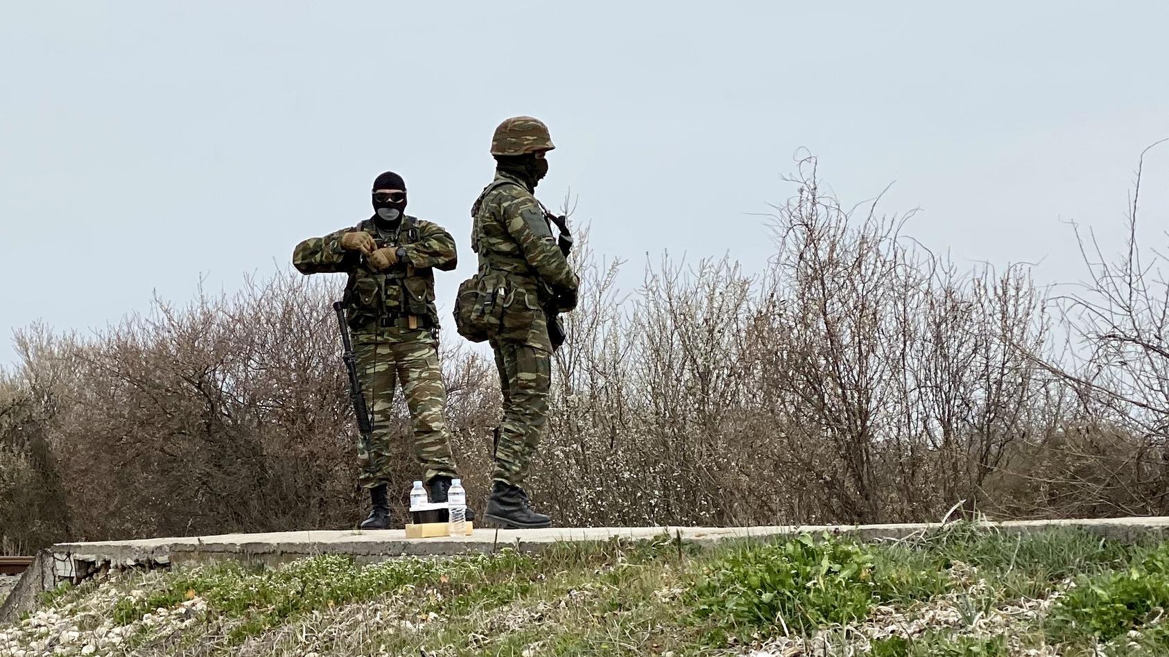 Reporter Dirk Emmerich ist an der türkisch-griechischen Grenze, auf griechischer Seite. Nur einmal im Tag dürfen die Journalisten für 20 Minuten auf einen Bahndamm, der 200 Meter näher an der Grenze ist.